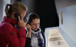 Teilnehmende in der Gedenkstätte / Foto von Konstantin Koewius